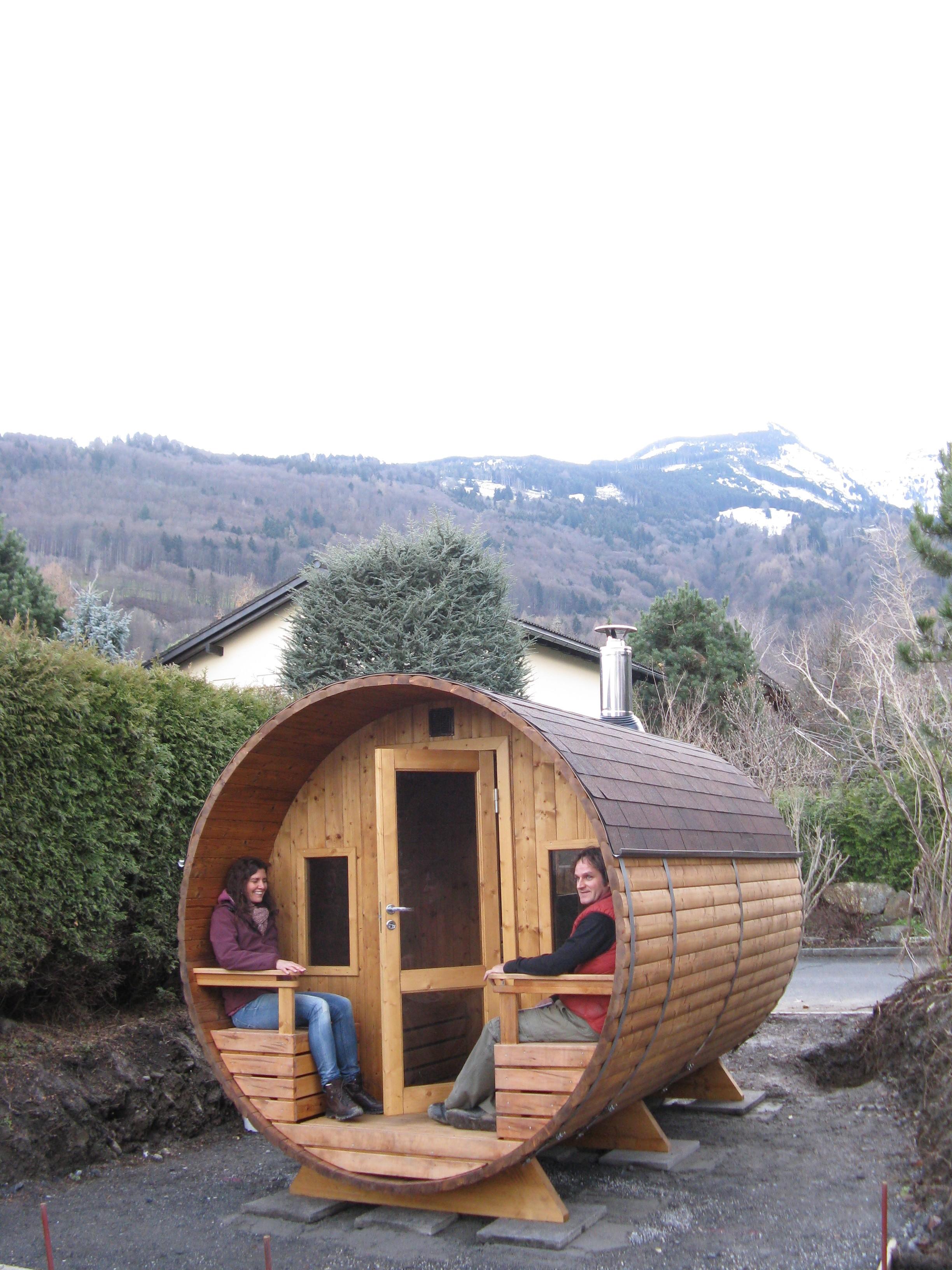tonnensauna 4 0m aus thermoholz mit terrasse mit holzofen. Black Bedroom Furniture Sets. Home Design Ideas